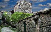 Ngôi làng ẩn mình trong núi đá